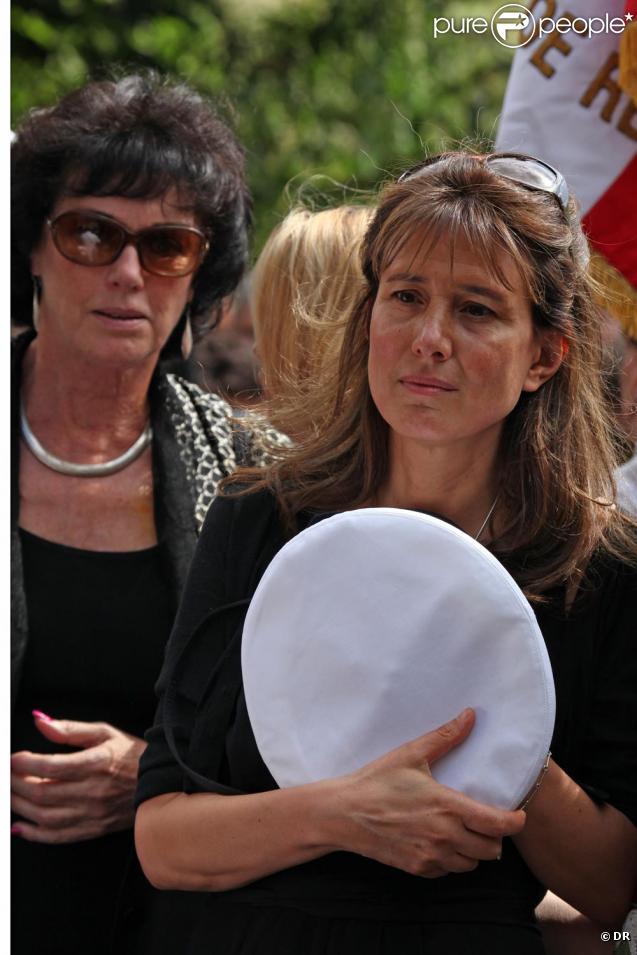 A l'enterrement de Bernard Giraudeau, les deux femmes de sa vie, Anny Duperey et Tohra, réunies dans la douleur à la sortie de l'église Saint-Eustache le 23 juillet à Paris