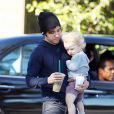 Pete Wentz se rend dans un établissement Starbucks avec son fils Bronx Mowgli (1 an et demi), vendredi 23 juillet.