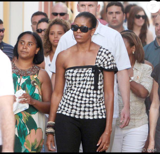 Michelle Obama et sa fille Sasha, accompagnées d'amis et d'une foule de gardes du corps, se promènent à Malaga le 4 août 2010
