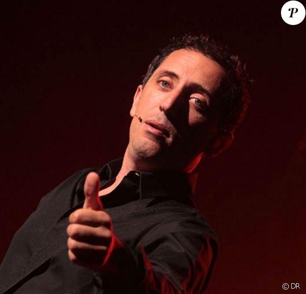 Gad Elmaleh donnait le 7 août 2010 la dernière de son spectacle Papa est en haut, dans le cadre du festival de la Foire aux Vins de Colmar. Dans la salle, ce soir-là, son fils Noé et son père David.
