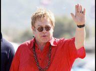 Elton John et son mari David Furnish : Look ethnique et bain de foule revigorant à Saint-Tropez !