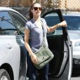 Emmy Rossum dans les rues de Los Angeles. 19/08/2010