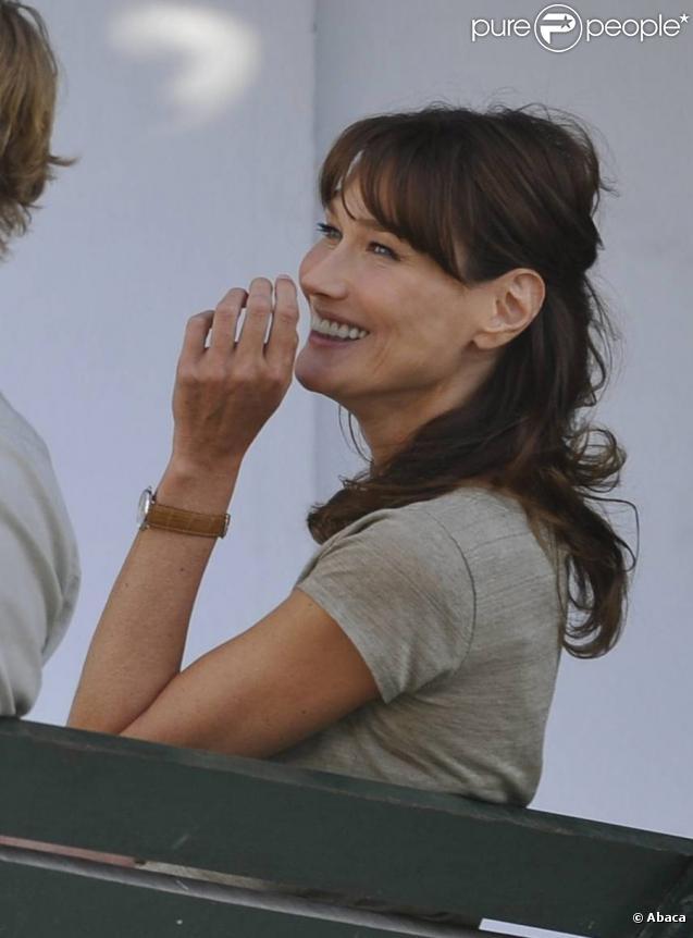 Carla Bruni sur le tournage de Minuit à Paris en juillet 2010 avec Owen Wilson et sous la direction de Woody Allen