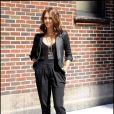 Jessica Alba en parfaite modeuse, vêtue d'un carott pant, d'un top transparent, d'un blazer en cuir, d'un bijou House of Lavand autour du cou et de Louboutin aux pieds... On ne peut que s'incliner !