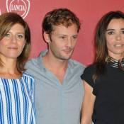 Marina Foïs et Elodie Bouchez entourent Nicolas Duvauchelle sous le soleil de Venise...