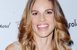 Hilary Swank pique la robe de Jessica Alba pour briller à la Fashion Week !
