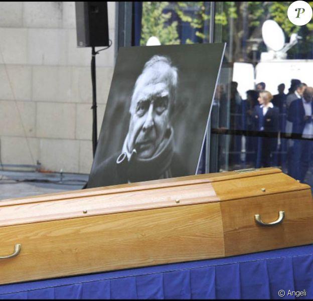 La cérémonie en hommage à Claude Chabrol, sur le parvis de la Cinémathèque Française, à Paris, le 17 septembre 2010.