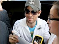 Enrique Iglesias : Même assailli par ses admiratrices, il reste toujours aussi sexy et souriant !