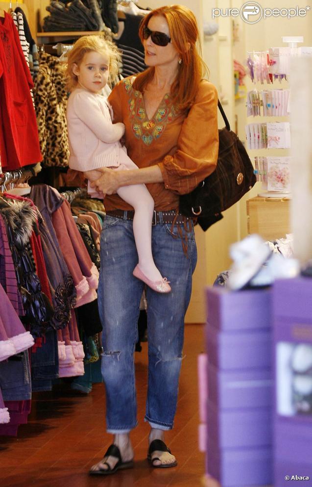 Marcia Cross va récupérer une de ses jumelles, la petite Savannah, à son cours de danse à Los Angeles, le 25 septembre 2010