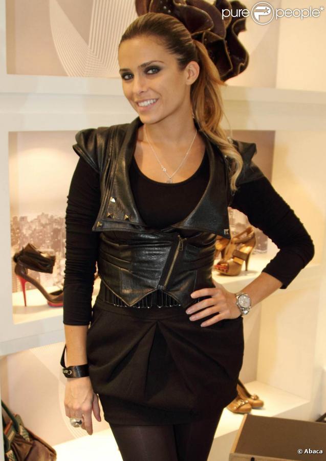 Clara Morgane lors de l'inauguration de la boutique Carmen Steffens, 13 bis rue de Grenelle dans le 7e arrondissement de Paris le 30 septembre 2010