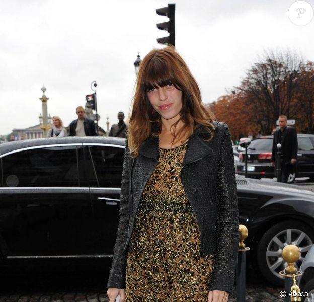 Lou Doillon, sexy et branchée avec sa petite robe en dentelle portée sous un perfecto en cuir entièrement clouté.