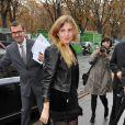Cécile Cassel ultra tendance avec un total look noir sublimé d'un perfecto en cuir...