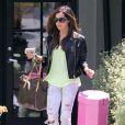 Ashley Tisdale : Une it-girl stylée, qui a aussi opté pour le jean déchiré, idéalement associé à un perfecto noir !