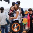 Alessandra Ambrosio, son compagnon Jamie Mazur et leur petite fille Anja Louise, à la Mr Bones Pumpkin Patch, à Los Angeles. 16/10/2010