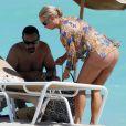 Coco est au côté de son mari Ice-T sur la plage de Miami, le 5 octobre 2010
