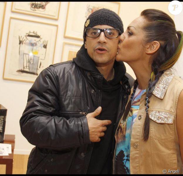 Saïd Taghmaoui et Hermine de Clermont-Tonnerre au vernissage de la première exposition des dessins de Jean-Michel Basquiat, pour la réouverture du Royal Monceau, à Paris, le 21 octobre 2010