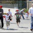 David Beckham et ses fils Brooklyn, Romeo, et Cruz, à la sortie de leur entraînement de sport.