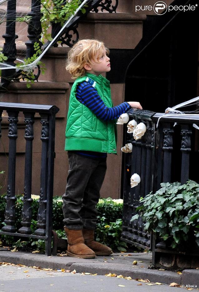 Milo, le fils de Liv Tyler, décore le domicile familial à 48h de la fête de Halloween, vendredi 29 octobre, à New York.
