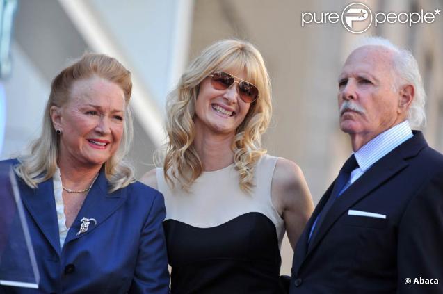 Laura Dern, entourée de ses parents Diane Ladd et Bruce Dern, lors de l'inauguration de leurs trois Etoiles sur le Walk of Fame d'Hollywood Boulevard, à Los Angeles, le 1er novembre 2010.