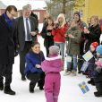 Victoria et Daniel de Suède entamaient mercredi 3 novembre 2010 leur visite de trois jours en Botnie septentrionale, en Suède. L'accueil réservé par les enfants était impressionnant !