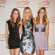 """Tracy Pollan, épouse de Michael J. Fox, avec ses filles Aquinnah et Schuyler lors du gala """"A Funny Thing Happened On The Way To Cure Parkinson"""" à New York le 13 novembre 2010"""