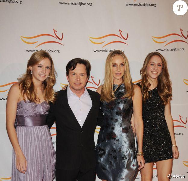 "Michael J. Fox avec ses filles Aquinnah et Schuyler ainsi que sa femme Tracy Pollan lors du gala ""A Funny Thing Happened On The Way To Cure Parkinson"" à New York le 13 novembre 2010"