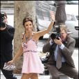 Habillée d'une mini robe Chanel, Eva Longoria se rend à la mairie à Paris pour s'unir avec Tony Parker par le maire de Paris Bertrand Delanoë le 6 juillet 2007.