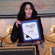 Cher laisse ses empreintes au Grauman's Chinese Theatre, à Hollywood, le 18 novembre 2010