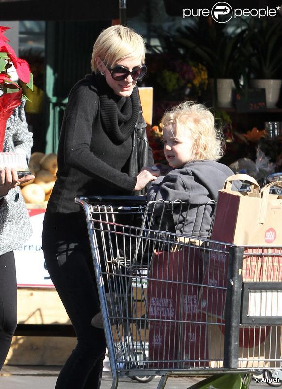Ashlee Simpson et son époux Pete Wentz font leurs courses avec leur petit Bronx Mowgli, 2 ans, mercredi 24 novembre à Sherman Oaks.