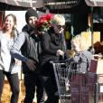 """""""Ashlee Simpson et son époux Pete Wentz font leurs courses avec leur petit Bronx Mowgli, 2 ans, mercredi 24 novembre à Sherman Oaks."""""""