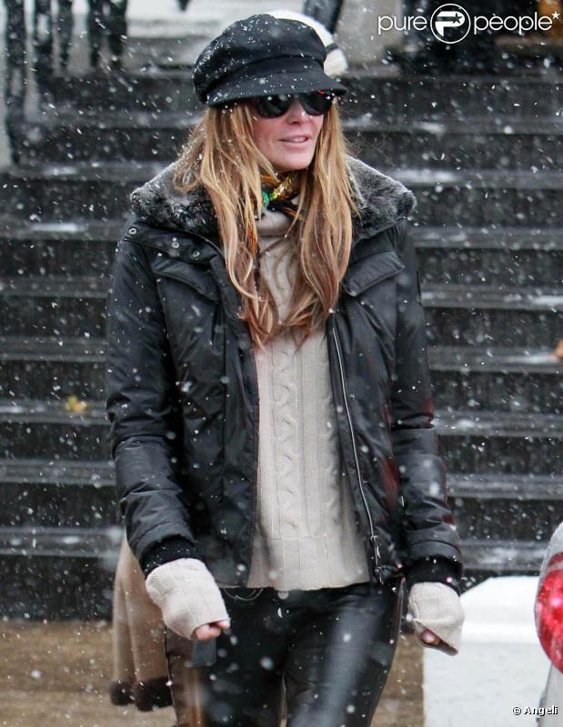 Elle Macpherson sous la neige à Londres, le 30 novembre 2010.