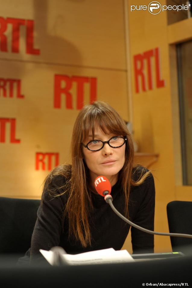 Carla Bruni, invitée de la matinale de RTL pour une interview dans le cadre de la journée mondiale de lutte contre le Sida le 1er décembre 2010