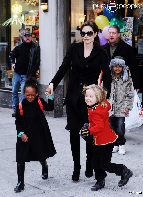 Angelina Jolie entourée de Shiloh, Pax, Maddox et Zahara à New York le 7 décembre 2010 lors d'une séance shopping