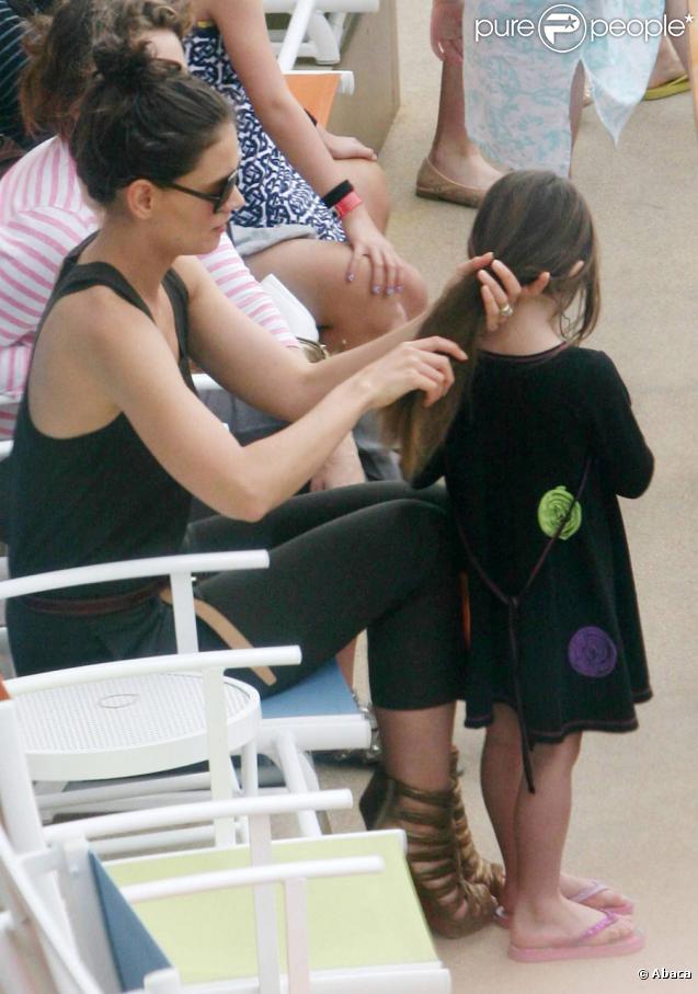 Katie Holmes sur le tournage de Jack and Jill, situé sur un paquebot de croisière en Floride, le 21 novembre 2010. Sa fille Suri l'accompagne