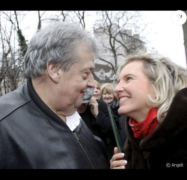 Guy Carlier et Joséphine Dard lors de l'inauguration du jardin Frédéric Dard le 16 décembre 2010 sur la Butte Montmartre à Paris