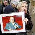 Joséphine Dard portant un portrait de son père lors de l'inauguration du jardin Frédéric Dard le 16 décembre 2010 sur la Butte Montmartre à Paris