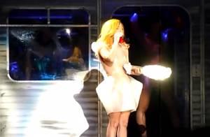 Lady Gaga : Sur scène, elle pète les plombs... et décapite un Père Noël !