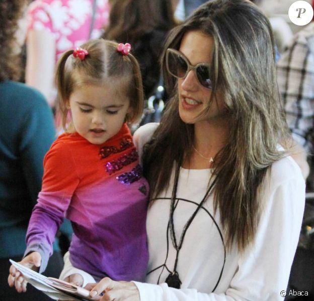 Alessandra Ambrosio, Jaime Mazur et leur fille Anja s'envolent pour d'autres horizons. LAX fin décembre.