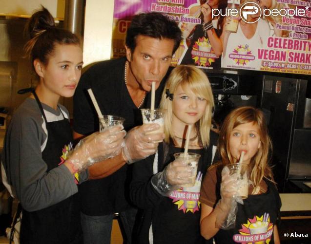 Lorenzo Lamas se rend dans un magasin Millions of milkshakes pour présenter un milkshake de sa propre création, en compagnie de ses trois filles et de sa fiancée Shawna Craig, à Los Angeles, le 30 décembre 2010.