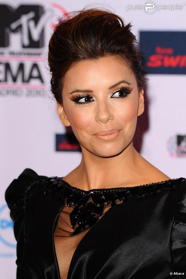 eva longoria make up faux pas pour une soir e avec un charmant acteur. Black Bedroom Furniture Sets. Home Design Ideas