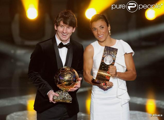 Lionel Messi, déjà consacré par le Ballon d'or 2009, réalise le doublé en décrochant, à 23 ans, le Ballon d'or 2010, qui lui a été remis le 10 janvier 2011 à Zürich. La Brésilienne Marta continue de survoler le foot féminin, avec un 5e sacre.