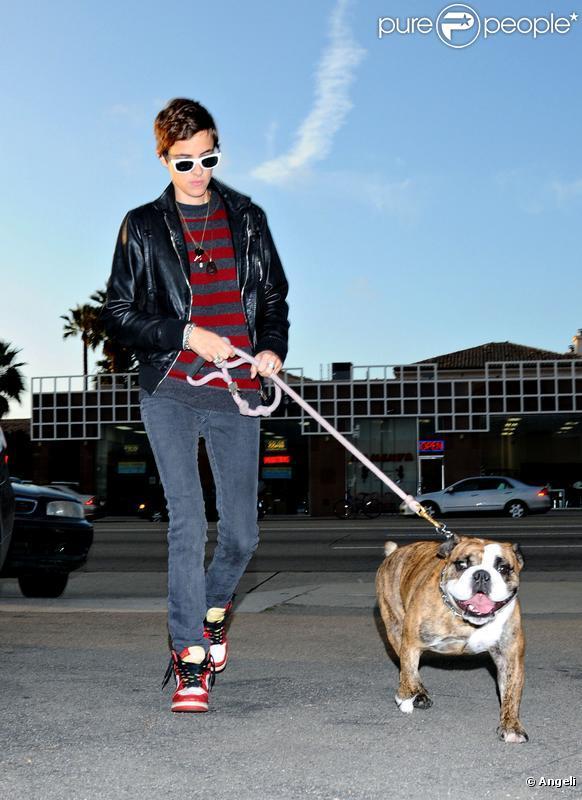 Samantha Ronson et son chien Cadillac à Los Angeles, le 3 novembre 2008.