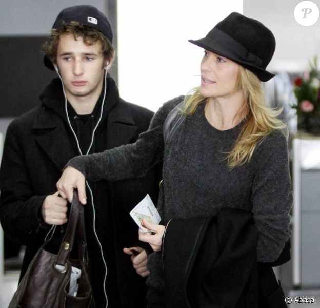 Robin Wright et son fils Hopper à l'aéroport de Los Angeles. Janvier 2011