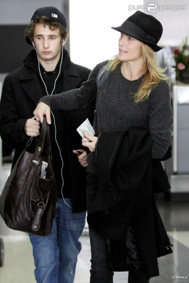 Robin Wright et son fils Hopper à l'aéroport de Los Angeles. Janvier 2011