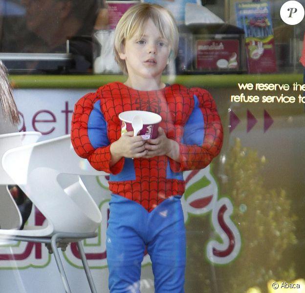Jayden James, le fils de Britney, va chercher du renfort avec du yaourt glacé (22 janvier 2011 à Los Angeles)