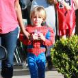 Jayden James, fils de Britney Spears âgé de 4 ans, se promène à Los Angeles déguisé en Spiderman avec un frozen-yogurt à la main.