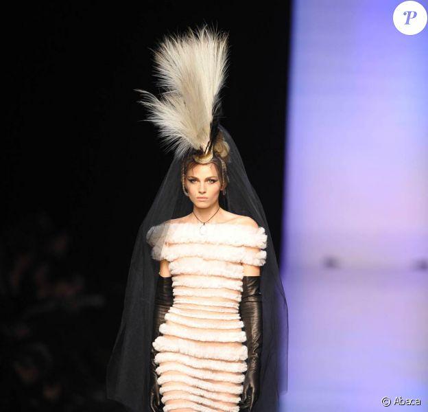 Le mannequin Andrej Pejic, homme au physique féminin au défilé Gaultier Haute Couture P/E 2011 le 26/01/11