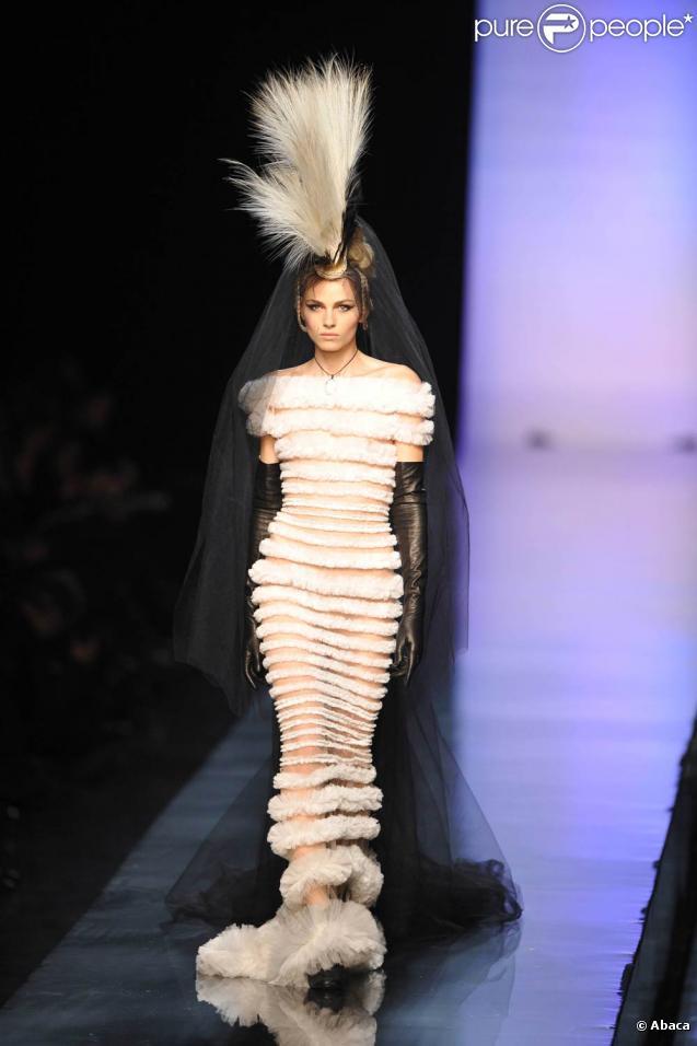 fashion week gaultier un homme en mari e et farida khelfa sur le podium purepeople. Black Bedroom Furniture Sets. Home Design Ideas
