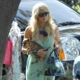 Paris Hilton et son it bag préhistorique à Los Angeles, le 25 janvier 2011.