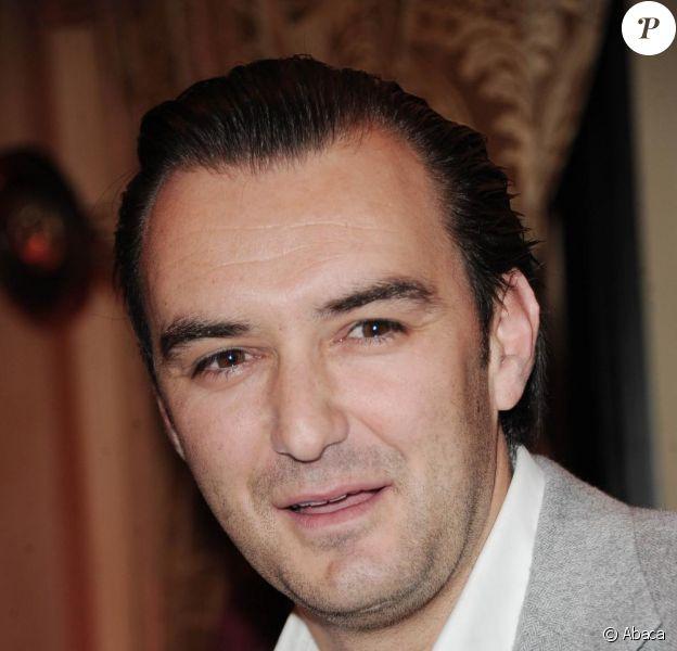Nouveau look pour Cyril Lignac, fini le bouc ringard, le chef cuisinier préféré des Français et de M6 a bien changé depuis ses débuts à la télé !